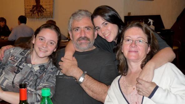 Omar y Sandra con sus hijas Natalia y Alejandra
