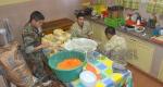 En la cocina de la escuela preparan viandas