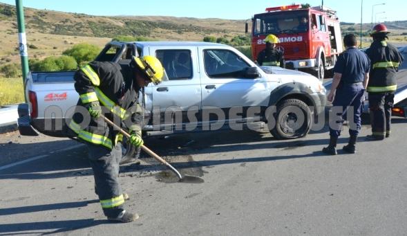 Bomberos arrojan tierra sobre el combustible